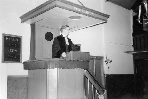 Kromme Spieringweg W 0515 1961 NH Kerk met Ds Oppelaar op Kansel