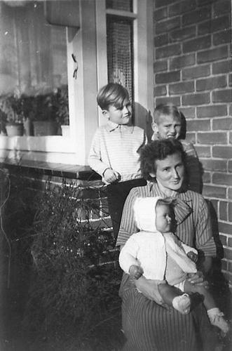 Kruislaan 0007 1950 met fam den Boef en Eddy Blom 01