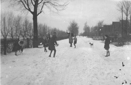 Kruisweg N 032_ 194_ Sneeuwballen met fam v Pelt 01