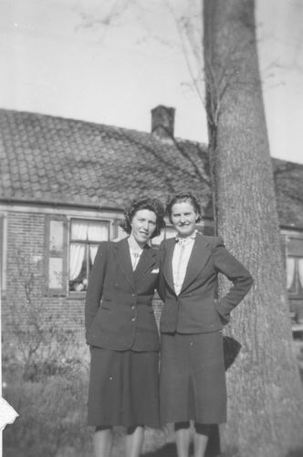 Kruisweg N 0689 1949 met Rie Visser en Grietje Groeneweg