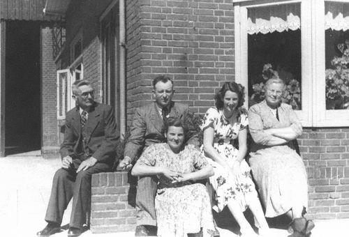 Kruisweg N 0823 19__ met Pieter G Oskam en en Familie