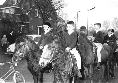 Kruisweg N 0881a 1964 Ponygroep in Boslaan bij Intocht Sinterklaas