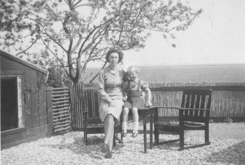 Kaslander Ans 1948 in Achtertuin Kruisweg 1497 01