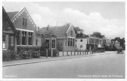 Kruisweg Z 0638 1934 School met den Bijbel en winkels