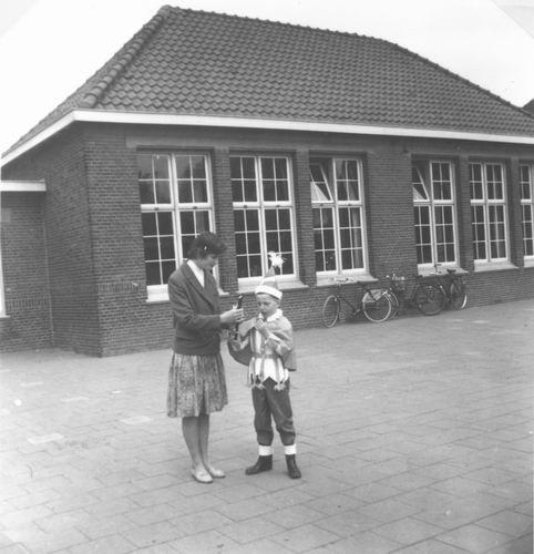 Kruisweg Z 0638 1960 Lagere School op Koninginnedag