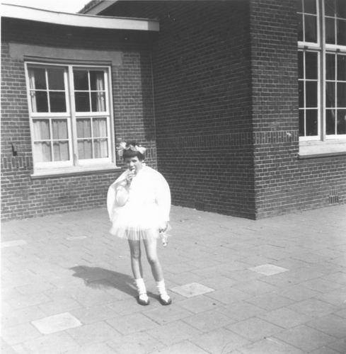 Kruisweg Z 0638 1960 Lagere School met Gea v Vliet