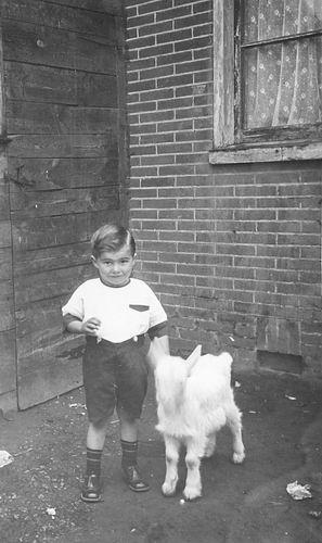 Lankhaar Antonie 1925 19__ Peuter met Geitje