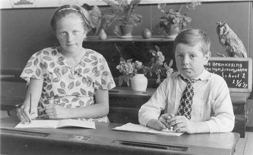 Leegwater_Sijtje_1937_Schoolfoto_met_broer_Jaap
