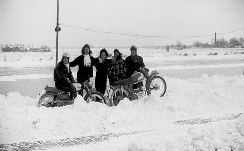 Lijnderdijk 0211 Overzijde 1962 met fam Volger ea in de Sneeuw