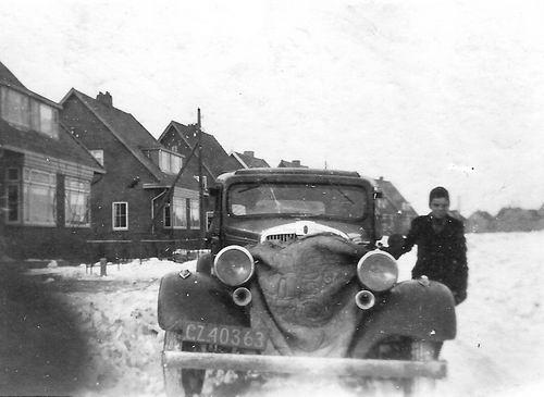 Lijnderdijk 0233- 1946 met Teun v Es bij Auto