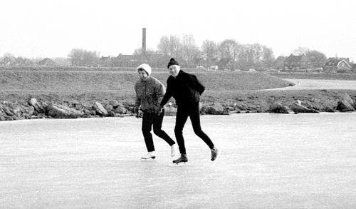 Lijnderdijk 0267-268 19__ met schaatsende Kees en Jany Markus-van Es