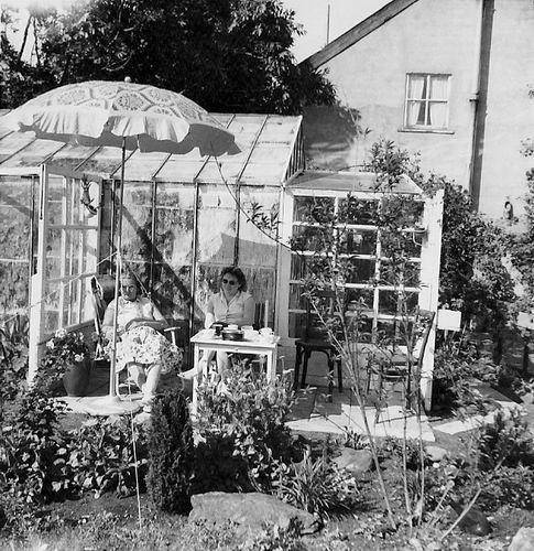 Lijnderdijk 0276 1956 Achtertuin met Maria v Es en Griet Hodde