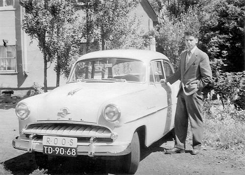 Lijnderdijk 0277 1956 Achterzijde met Teun v Es bij Lesauto ROOS