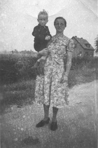 Limpt_Henk_v_1942_met_moeder_Flora_v_Limpt-Kagchelland