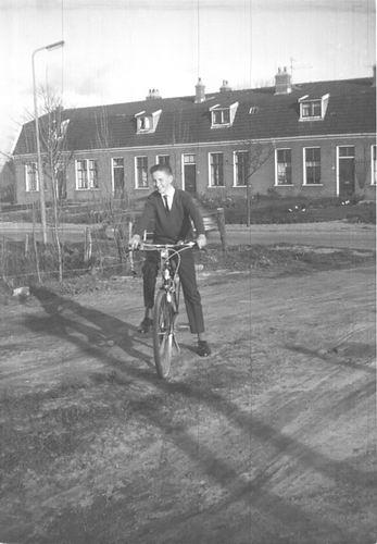 Lisserdijk 0007-12 1964 Machinebuurt met Jan Rip op Nieuwe Fiets