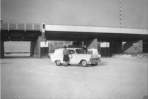 Lisserdijk 0057 1962-63 met Auto fam de Man op het IJs 01