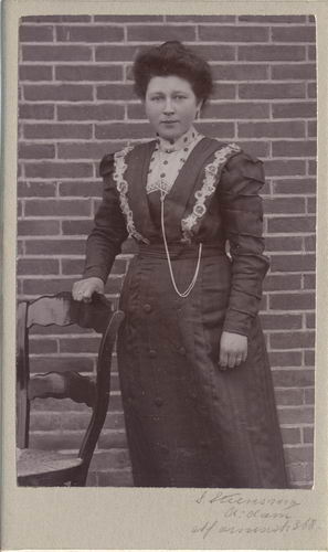 Maasdam Machiel v 1884 19__ vrouw Lena de Visser bij Fotograaf