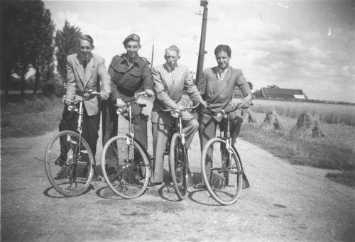 Maaskant_Gert_1953_Fietsen_met_Vrienden_Aalsmeerderweg