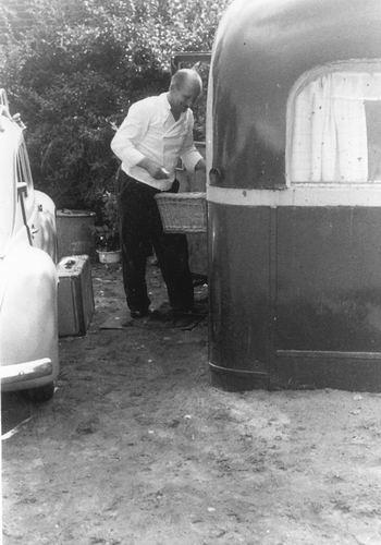 <b>ZOEKPLAATJE:</b>Man Jac de 195_ Bezorgt Brood bij Noodwoning Caravan