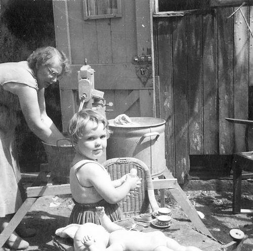 Mannessen Moeder Lies 1955- de Was met de Hand en Truus