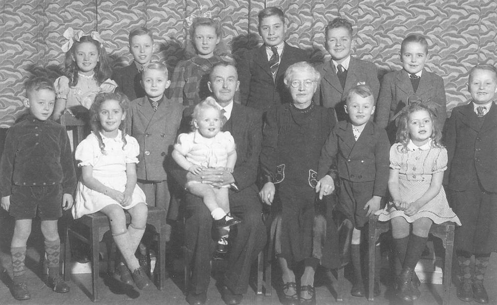Mantel Klaas Sr 1943 Huwelijksfeest met Kleinkinderen