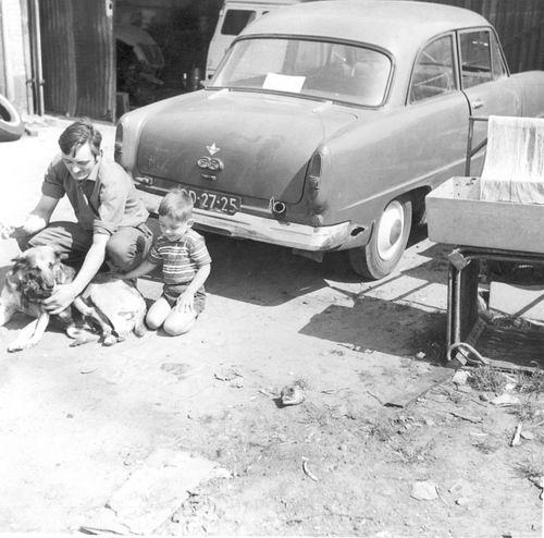 Marktplein N 0001a 1964 Erf Achter met Arie en Fred vd Groef 02