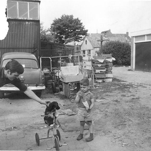 Marktplein N 0001a 1964 Erf Achter met Arie en Fred vd Groef 03