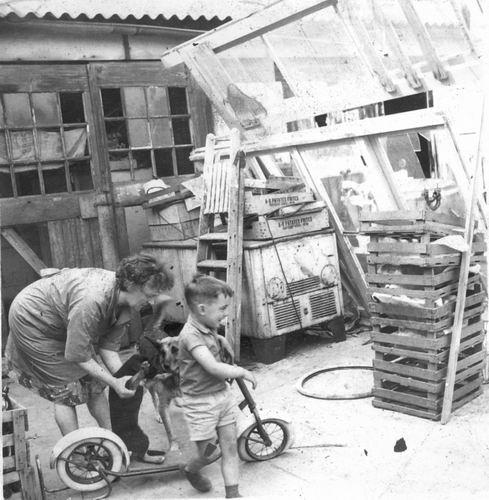 Marktplein N 0001a 1964 Erf Achter met Moeder en Fred vd Groef