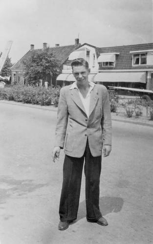Marktplein N 0009-13 1955 met Gerrit Bosman
