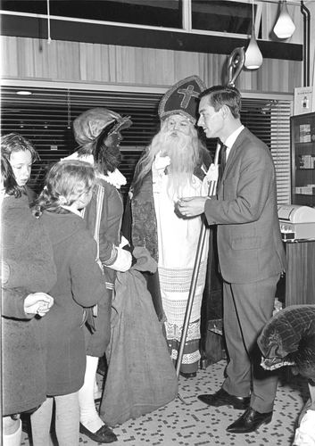 Marktplein Z 0054 1967 Sinterklaas bij Kapper Wakker