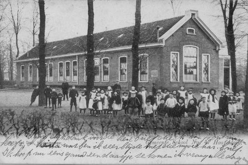 Marktplein Z 1903 Openb School 4 met groep kinderen