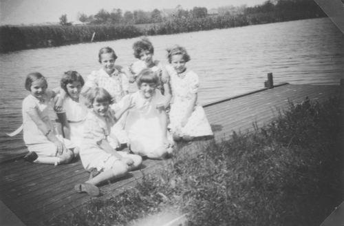 Meijer Annie 1927 19__ met zusje Aga ea langs Ringvaart 11