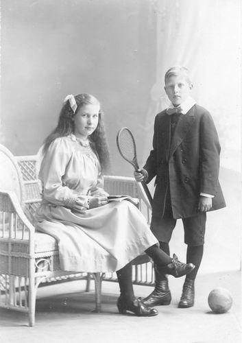 Meijer Nol 1905 19__ met zus Marie bij Fotograaf 01