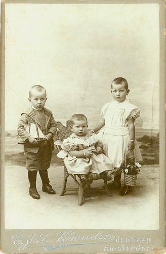 Meijer David J S 1866 19__ Kinderen bij Fotograaf 01