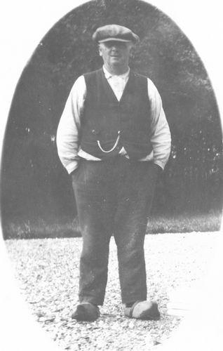 Meijer David J S 1866 19__ in Werkkleren op Klompen