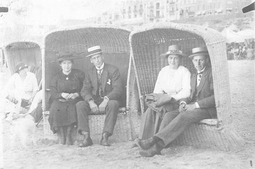 Meijer Hendricus J 1896 192_ op Strand met Zus Bertha en Ega s