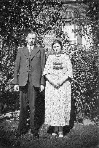 Meijer Hendricus J 1896 19__ Poseert met Vrouw in de Tuin