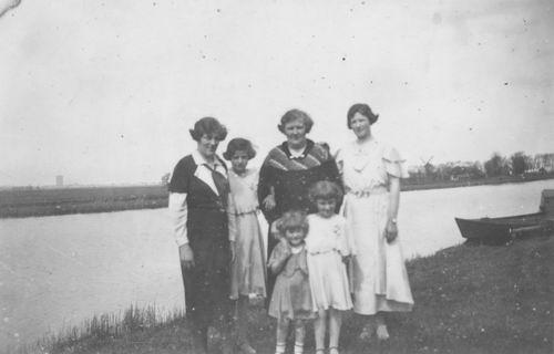 Meijer-Huiberts Anna C 1891 193_ met Dochters 943