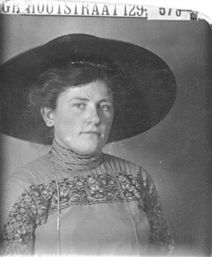 Meijer-Huiberts Anna C 1891 19__ Portret uit Familiealbum