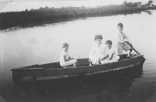 Meijer Jan 1927 19__ met Zusters in Bootje
