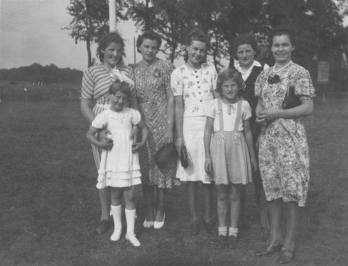 Meijer Jeanne 1918 19__ met Zusters ea Meiden op Grasveld