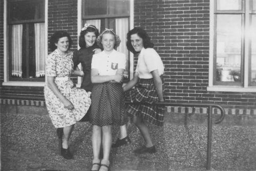 Meijer Jo 1921 19__ met zusters op Hek Vijfhuizerdijk