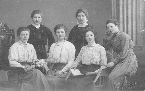 Meijer Joanna G M 1895 1918 met Bertha en Vriendinnen bij Fotograaf