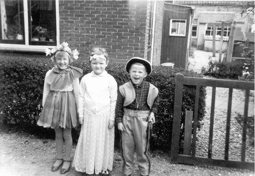Meijer John 196_ Koninginnedag met Buurmeisjes