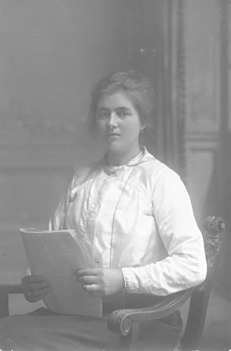 Meijer-Koot Adriana M 1895 19__ bij de Fotograaf 02