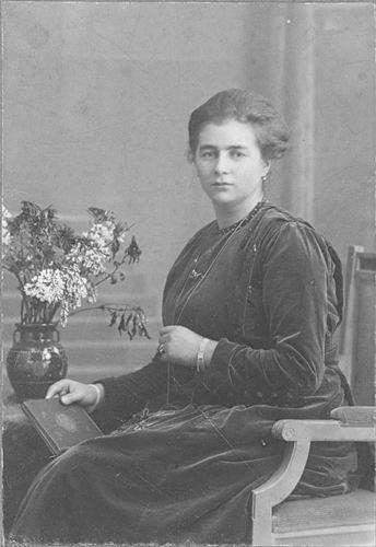 Meijer-Koot Adriana M 1895 19__ bij de Fotograaf_2