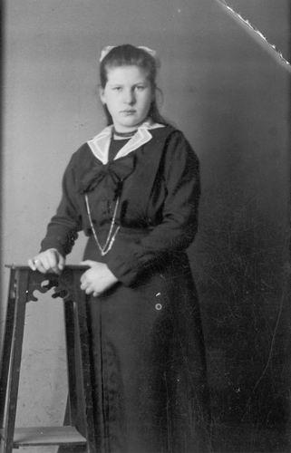 Meijer Maria M 1902 19__ bij Fotograaf 02
