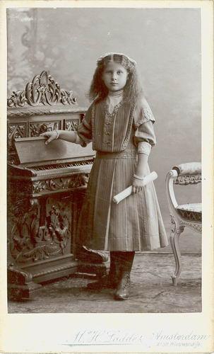 Meijer Maria M 1902 19__ bij Fotograaf 05
