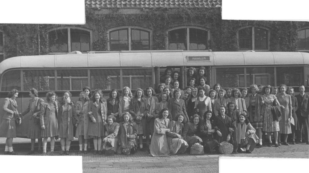 <b>ZOEKPLAATJE:</b>Meijer Onbekend 1947 met Huishoudschool bij Bus