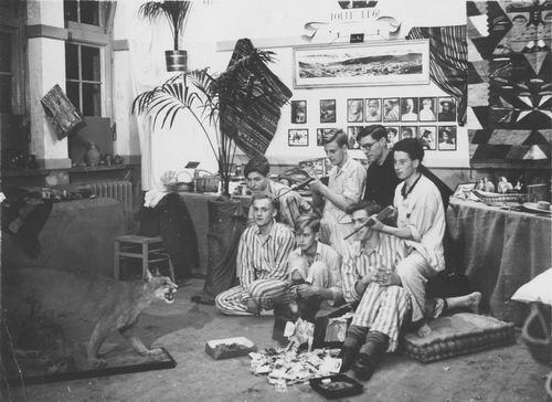<b>ZOEKPLAATJE:</b>Meijer Onbekend 1948 met Geweren in Kamer